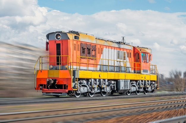 Samotna lokomotywa pędzi pociągiem pędzi koleją po mieście