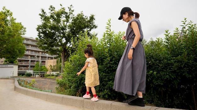 Samotna mama bawi się z córką