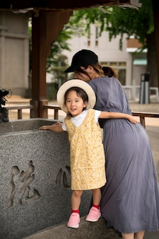 Samotna mama spędza czas na świeżym powietrzu z córką