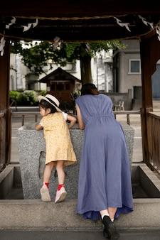 Samotna mama spędzająca czas z dzieckiem na świeżym powietrzu