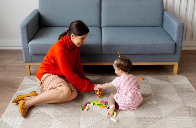 Samotna matka spędzająca czas z córką