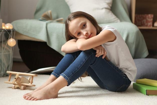 Samotna smutna dziewczyna w domu zasmucona zaniepokojone dziecko samotnie w domu