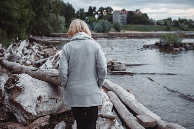 Samotna smutna kobieta patrząc na horyzoncie
