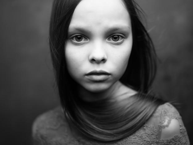 Samotny atrakcyjny wygląd twarzy zbliżenie czarno-białe zdjęcie