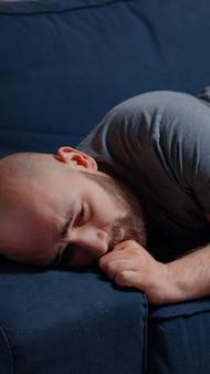 Samotny dorosły mężczyzna przeżywa rozstanie, odczuwając ból frustracji