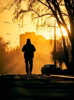Samotny mężczyzna na ulicy.