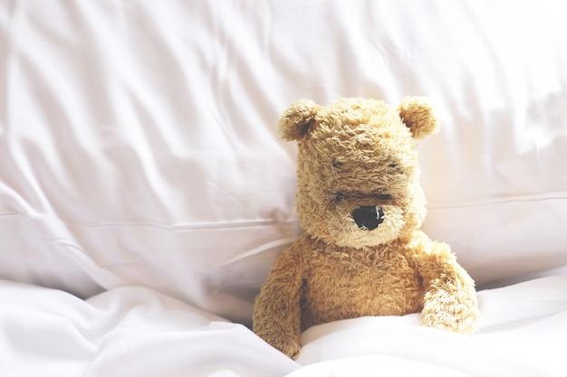 Samotny niedźwiedź jest sam w sypialni.