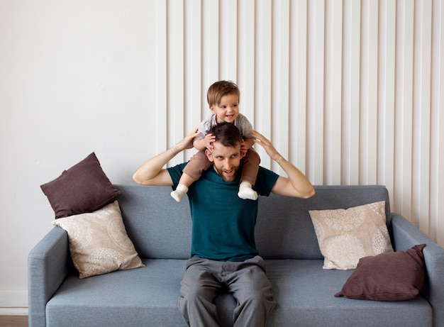 Samotny ojciec spędzający czas ze swoim dzieckiem