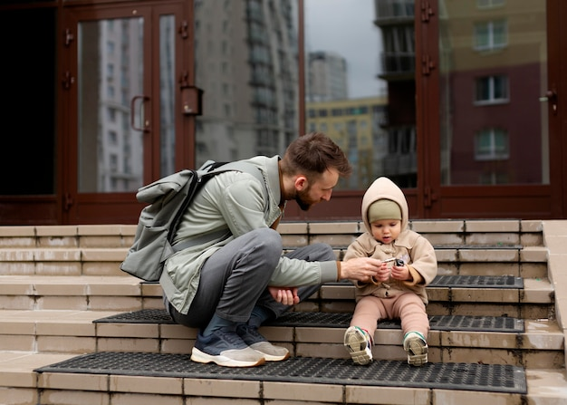 Samotny ojciec spędzający czas ze swoją córeczką