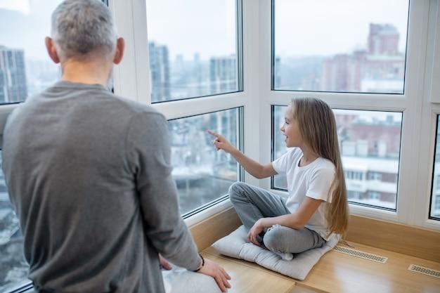 Samotny rodzic. ojciec spędza czas z córką w domu home