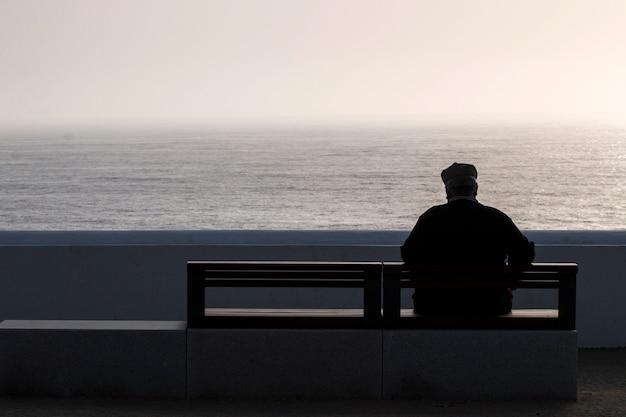 Samotny starszy mężczyzna