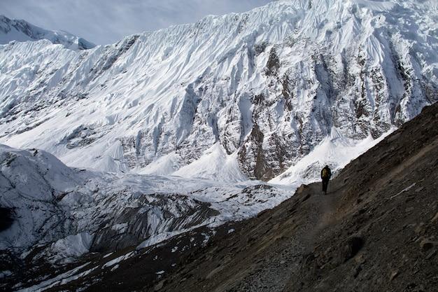 Samotny trekker w górach, cieszący się przyrodą