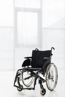 Samotny wózek inwalidzki spoczywający w holu