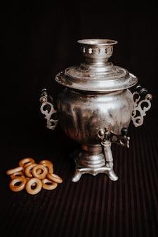 Samowar lub rosyjski wrzący zbiornik z krakersami na brązowym tle
