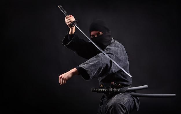 Samuraj ninja z kataną w pozycji ataku