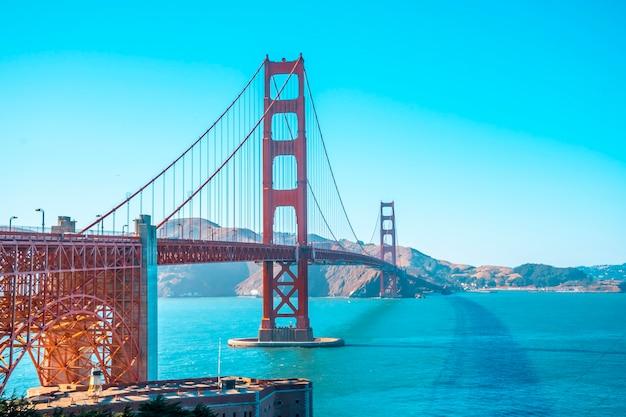San francisco, kalifornia stany zjednoczone. golden gate of san francisco widziana z centrum dla zwiedzających pewnego letniego popołudnia