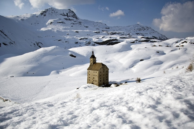 San gottardo na śnieżnym krajobrazie