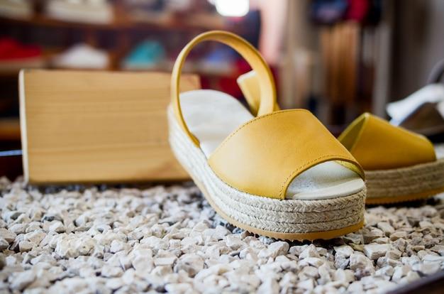 Sandały damskie z tłem i przestrzenią do kopiowania.