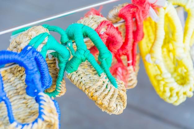 Sandały wykonane ręcznie, używając sizalu w namsangol hanok village, seul, korea południowa.