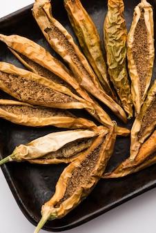 Sandgi mirchi lub suszone nadziewane zielone chilli, popularny dodatek maharasztrański