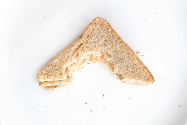 Sandwich lub bułka tarta na białym dysku