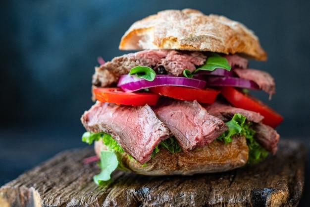 Sandwich mięso i warzywa bochenek chleba, pomidor, sałata