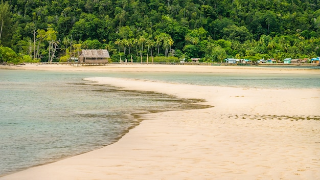 Sandy bank przed lokalną wioską na wyspie monsuar. raja ampat, indonezja, papua zachodnia