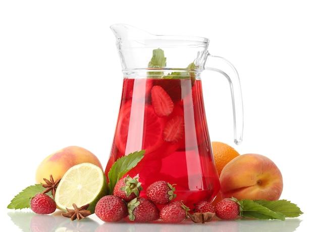 Sangria w słoiku z owocami, na białym tle