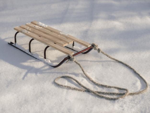 Sanki z liną w śniegu zima szczegół strzał.