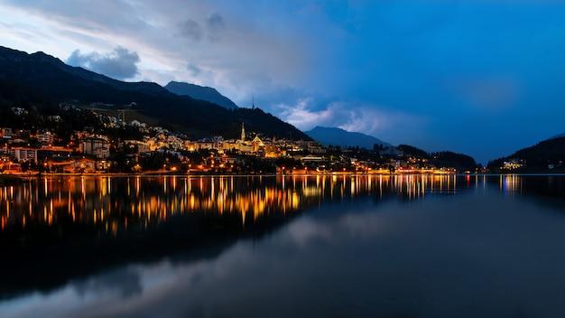 Sankt moritz o zmierzchu na jeziorze po burzy