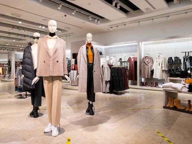 Sankt-peterburg, rosja, 02 04 2021 część kobiecego manekina ubranego w zwykłe ubrania w sklepie handlowym na zakupy