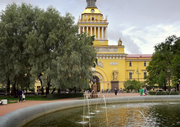 Sankt petersburg aleksandrowski ogród przy wejściu do admiralicji