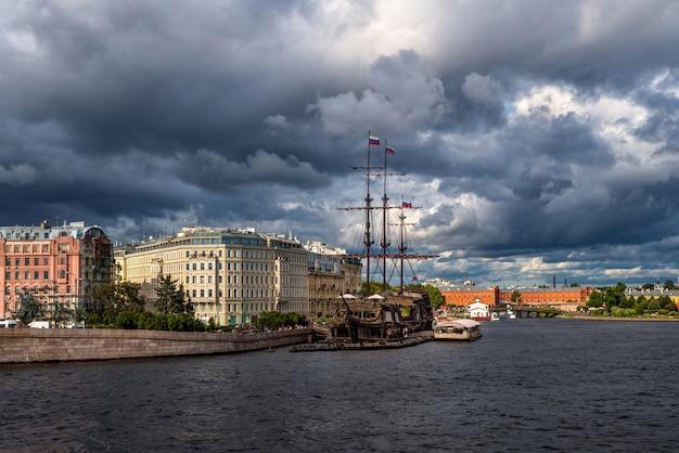 Sankt petersburg. dramatyczny krajobraz nad rzeką newą.