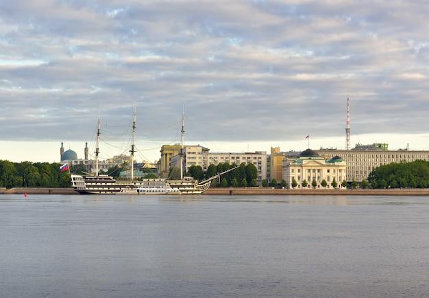 Sankt petersburg fregata łaski na nabrzeżu pietrowskim żaglowiec na newie