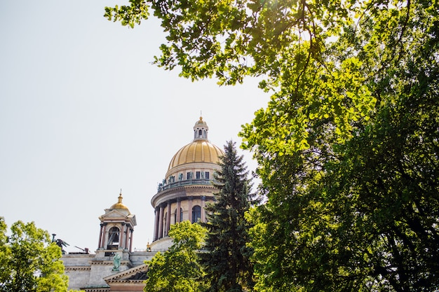 Sankt petersburg. katedra świętego izaaka. muzea w petersburgu. plac świętego izaaka. lato w petersburgu. rosja.