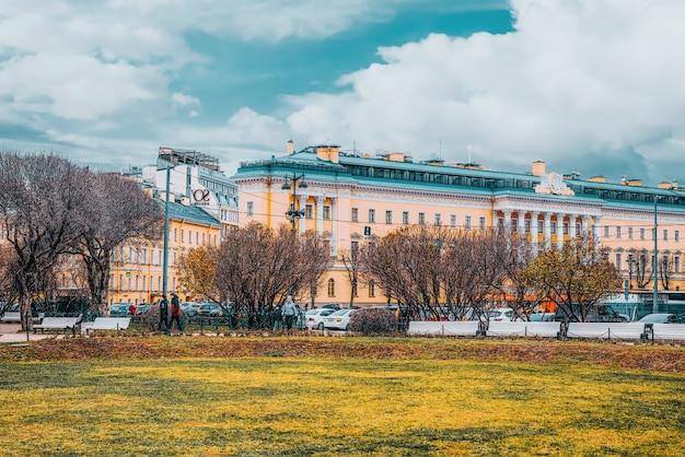 Sankt petersburg, rosja - 05 listopada 2019: budynek admiralicji w pobliżu placu senackiego. sankt petersburg. rosja.