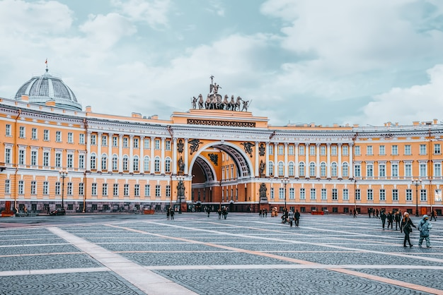 Sankt petersburg, rosja - 05 listopada 2019: łuk triumfalny budynku sztabu generalnego na placu pałacowym. sankt petersburg