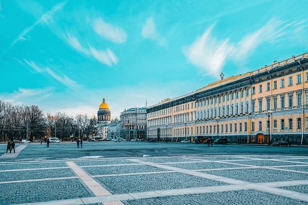 Sankt petersburg, rosja - 06 listopada 2019: łuk triumfalny budynku sztabu generalnego na placu pałacowym. sankt petersburg