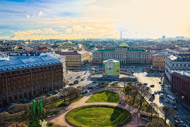 Sankt petersburg, rosja - 07 listopada 2019: panoramiczny widok z dachu katedry św. izaaka. sankt petersburg. rosja.