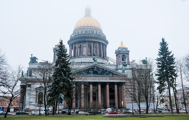 Sankt petersburg, rosja. katedra świętego izaaka zimą we mgle.