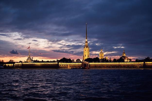 Sankt petersburg, rosja. twierdza piotra i pawła nocą