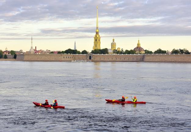 Sankt petersburg rosja09012020 kajaki po newie rano wioślarze pływają