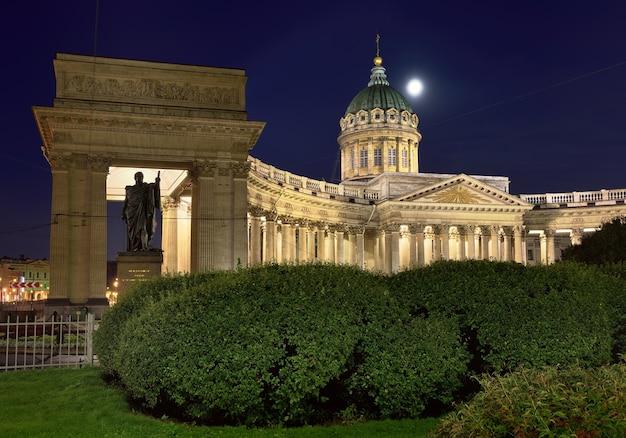 Sankt petersburg rosja09012020 katedra kazańska w nocy fasada jest oświetlona światłami