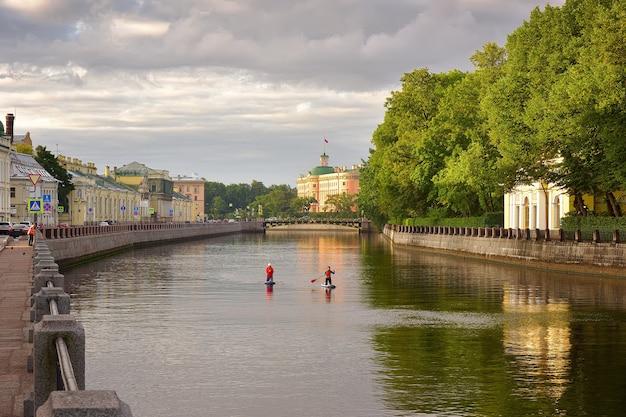 Sankt petersburg rosja09012020 lekcje wioślarstwa na stojąco nad newą