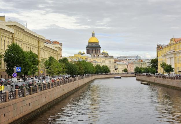 Sankt petersburg rosja09012020 nabrzeże rzeki moika widok kopuły św. izaaka