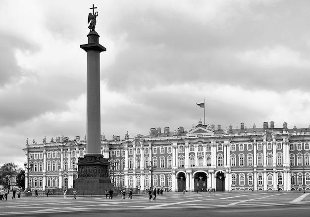 Sankt petersburg rosja09012020 plac pałacowy w kolorach sepii wysoka kolumna aleksandrii