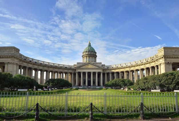 Sankt petersburg rosja09012020 sobór kazański od kolumnady newski prospekt