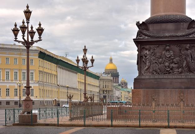 Sankt petersburg rosja09012020plac pałacowy rano podstawa kolumny aleksandryjskiej