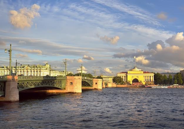 Sankt petersburg rosja09032020 admiralteyskaya nabrzeże rzeki newy most pałacowy