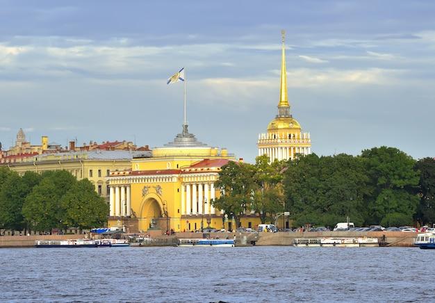 Sankt petersburg rosja09032020 admiralteyskaya nabrzeże rzeki newy